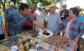 2010 - Islands - HHumberto Ríos Labrada and farmers at seed diversity fair. Photo: Will Parrinello