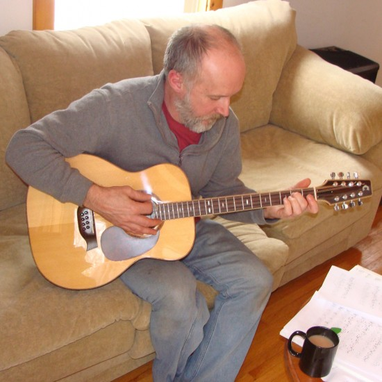 Guitar maker Russel Crosby playing tenor guitar © by Darcy Rhyno