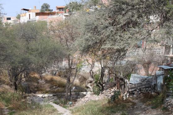 Casas strung along the edge of the ravine.