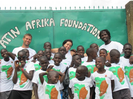Morris, Chelsea and supporter Glenn Pascoe with a group of Atin Afrika kids rocking their Ts