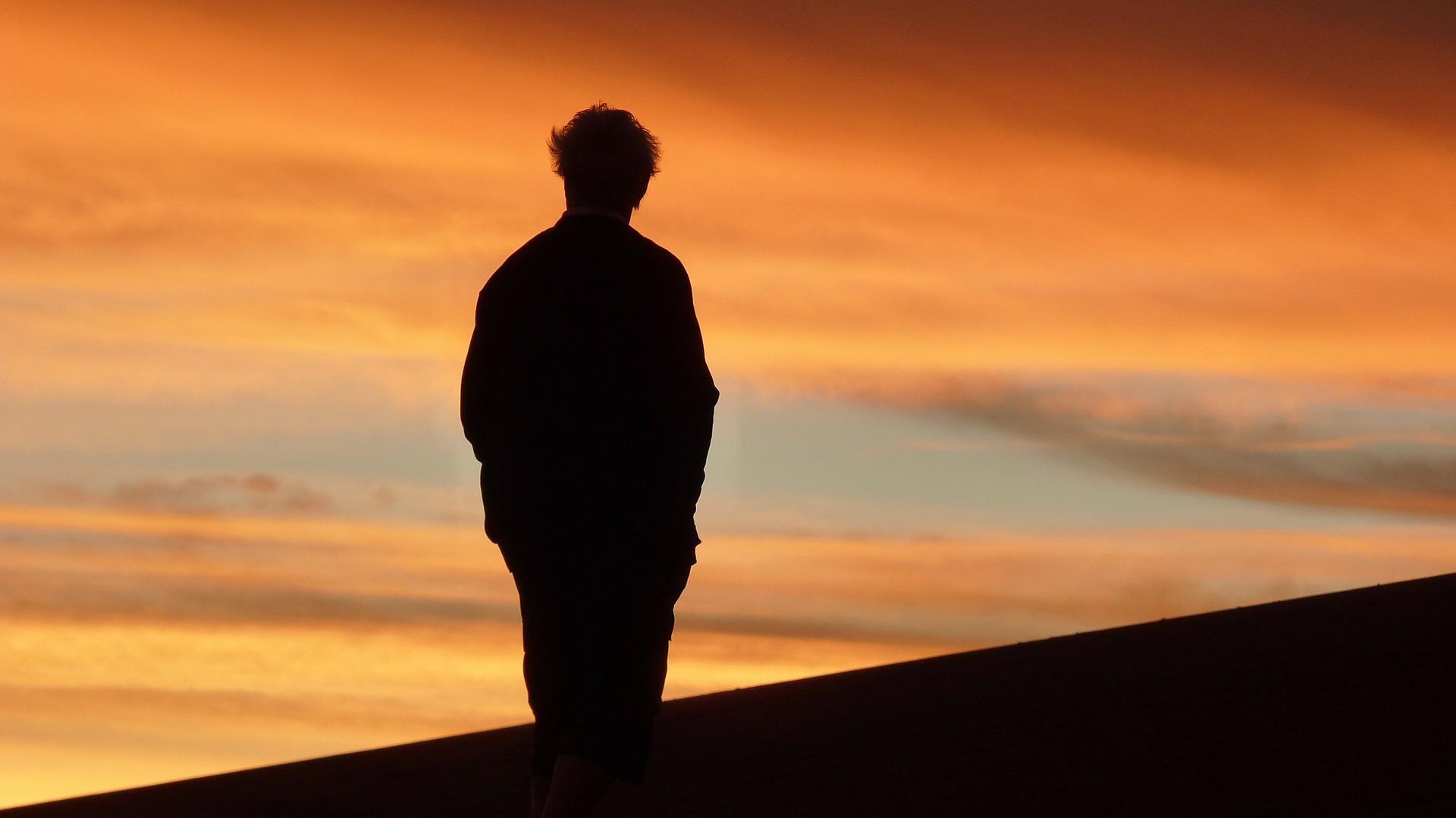 мужчина уходящий в закат картинки