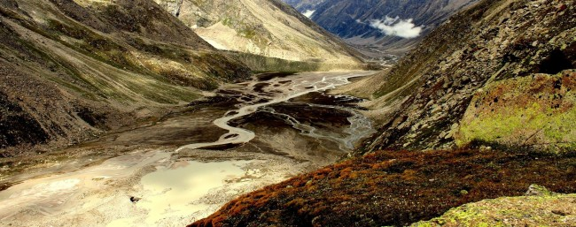 3.Riot of colors towards Mantalai The thin streams wander from the glacial lakes, to join each other later and for the Parvati river.